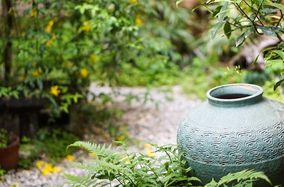 Miniaturní japonskou zahradu charakterizují sošky a umělecké předměty, pixabay.com
