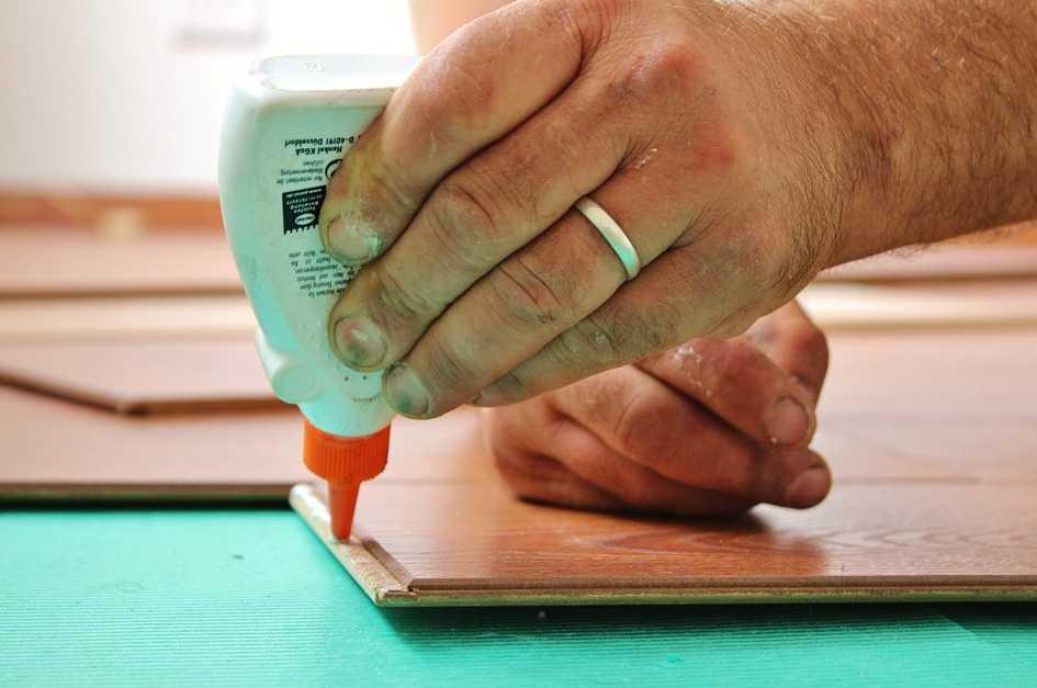 Lepidlo na papír a dřevo zvládne v domácnosti většinu oprav, pixabay.com