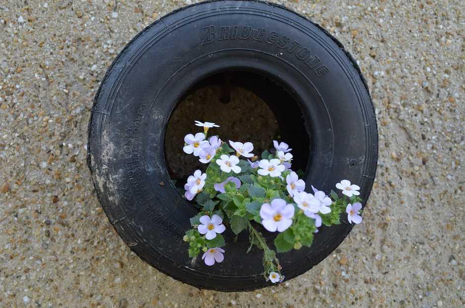 Pneumatika jako závěsný květináč, pixabay.com