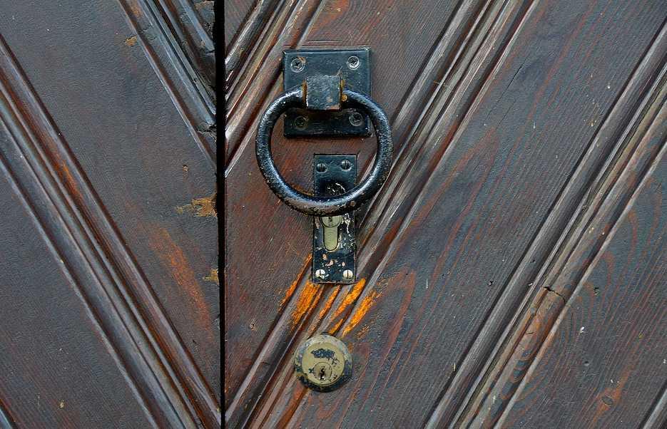 Pozor na neopatrnou manipulaci při renovaci dveří, pixabay.com