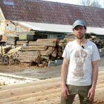 Jak na odkornění dřeva nejen na srub