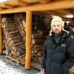 Dřevník z kulatiny