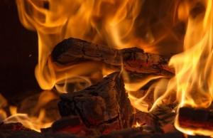 Hořící dřevo, pixabay.com