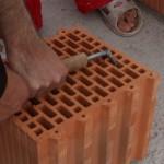 Dvě vychytávky na zvedání cihelných bloků