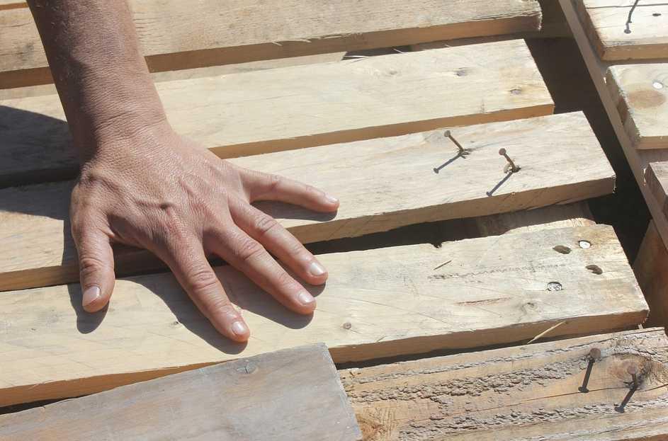 Obyčejná dřevěná prkna se mohou pod šikovnýma rukama změnit v celou řadu krásných věcí, pixabay.com