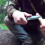 Dřevěný držák na provázek vyrobený nožem
