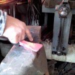 Tesařská teslice tradičním kováním